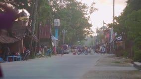在一条小街道上在菲律宾人村庄人去 股票视频