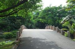 在一条小运河的一座大桥梁在诗丽吉王后公园 免版税库存图片