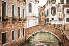 在一条小运河,威尼斯的一座桥梁 免版税库存照片