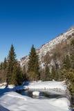 在一条山小河的水坝在冬天 图库摄影
