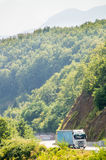 在一条山路的卡车在黑山 库存图片