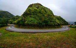 在一条山路的可能有危险的簪子曲线沿海Jiufen,台湾 库存图片