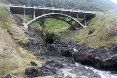 在一条岩石小河的桥梁 图库摄影