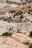 在一条岩石沙漠高速公路的汽车在南犹他 库存图片
