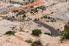 在一条岩石沙漠高速公路的汽车在南犹他 库存照片
