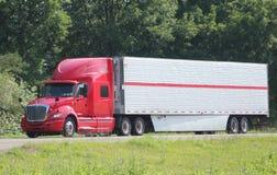 在一条州际公路的孤立牵引车拖车 免版税库存照片