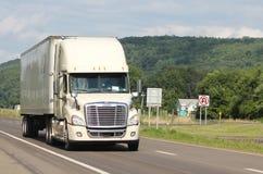 在一条州际公路的孤立牵引车拖车 库存图片