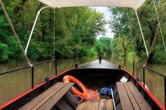 在一条平安的小河的小老葡萄酒小船 免版税库存图片