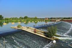 在一条平静的蓝色河的浮动障碍 库存图片