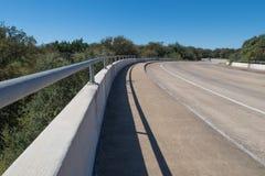 在一条弯曲的路的桥梁 免版税库存照片