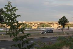 在一条快速流动的河的桥梁 曲拱建筑桥梁  图库摄影