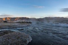 在一条有薄雾的热的小河的日出在冬天 免版税库存照片