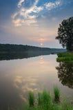 在一条有雾的河日落的,俄罗斯,乌拉尔的夏天风景 免版税库存图片