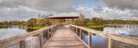 在一条木偏僻,平静的木板走道的眺望台 库存图片