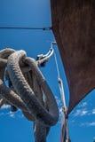 在一条木小船的水手结 图库摄影
