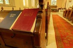 在一条木教会长凳的圣经 免版税库存图片