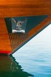 在一条木游艇和板材登上的不锈钢船锚 免版税库存图片