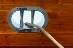 在一条木游艇的不锈钢导缆孔 免版税库存图片