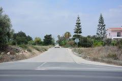 在一条柏油路的汽车以天空为背景和山和热带植被 免版税库存图片
