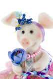 在一条桃红色裙子的白色玩具猪 免版税库存图片