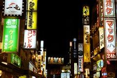 在一条步行街道在涩谷, Tokjyo,日本上的晚上被阐明的商业标志 免版税库存照片