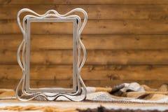 在一条毯子的基本的遏制画框在笼子 免版税图库摄影