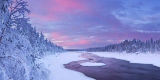 在一条河冬天风景的,芬兰拉普兰的日出 库存照片