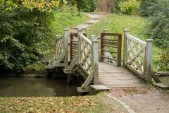 在一条河的一座桥梁在公园 免版税库存图片