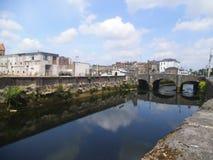 在一条河的一座石桥梁黄柏的 库存照片