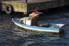 在一条河的一条小船在日落光期间 库存照片
