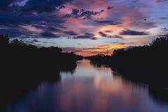 在一条河的五颜六色的夏天日落天空在乡下 图库摄影