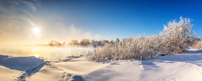 在一条河的冬天风景有霜的森林的,俄罗斯,乌拉尔 图库摄影