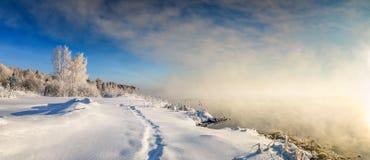 在一条河的冬天风景有霜的森林的,俄罗斯,乌拉尔 库存图片