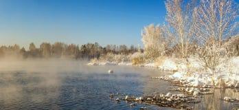 在一条河的冬天风景有霜的森林的,俄罗斯,乌拉尔 库存照片