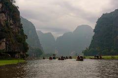在一条河的划艇在被熔铸的天空下在越南 免版税库存图片