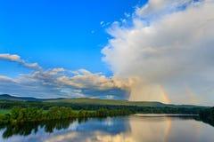 在一条河的双重彩虹在国家 免版税库存照片