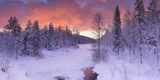 在一条河的日出在冬天在芬兰拉普兰 库存图片