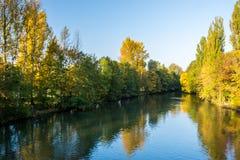 在一条河的日出有五颜六色的秋叶的 库存图片