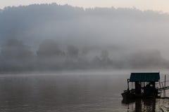 在一条河的有薄雾的黎明一片热带雨林的 图库摄影