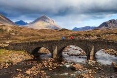 在一条河的桥梁山横向的 库存照片