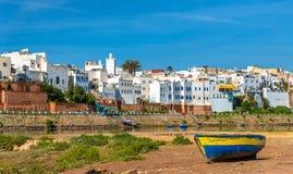 在一条河的河岸的渔船在Azemmour,摩洛哥 库存照片