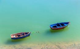 在一条河的河岸的渔船在Azemmour,摩洛哥 免版税库存照片