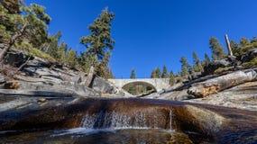 在一条河的石桥梁山的 免版税图库摄影