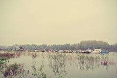 在一条河的秋天风景,在一多雨,有雾的天;减速火箭 库存图片