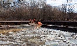 在一条河的老生锈的驳船在天 免版税图库摄影