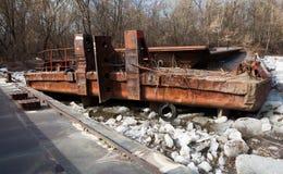 在一条河的老生锈的驳船在天 免版税库存图片