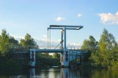 在一条河的老生锈的水坝多云天空的 免版税图库摄影