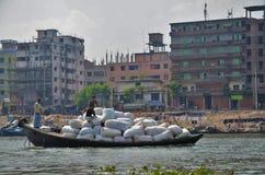 在一条河的被装载的小船在达卡 免版税库存照片