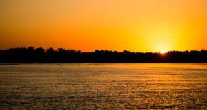 在一条河的金黄日落自然的 免版税库存照片