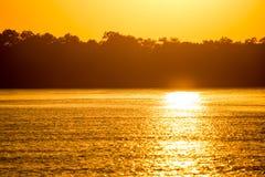 在一条河的金黄日落自然的 免版税库存图片